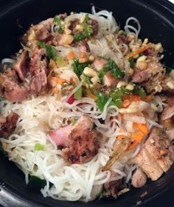 Rice noodles with grilled chicken thighs